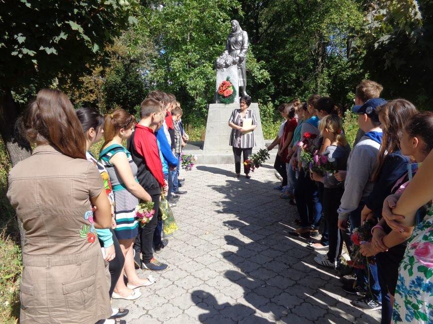 Учащиеся ОШ №6 возложили цветы к братской могиле героев-освободителей Красноармейска (фото) - фото 4