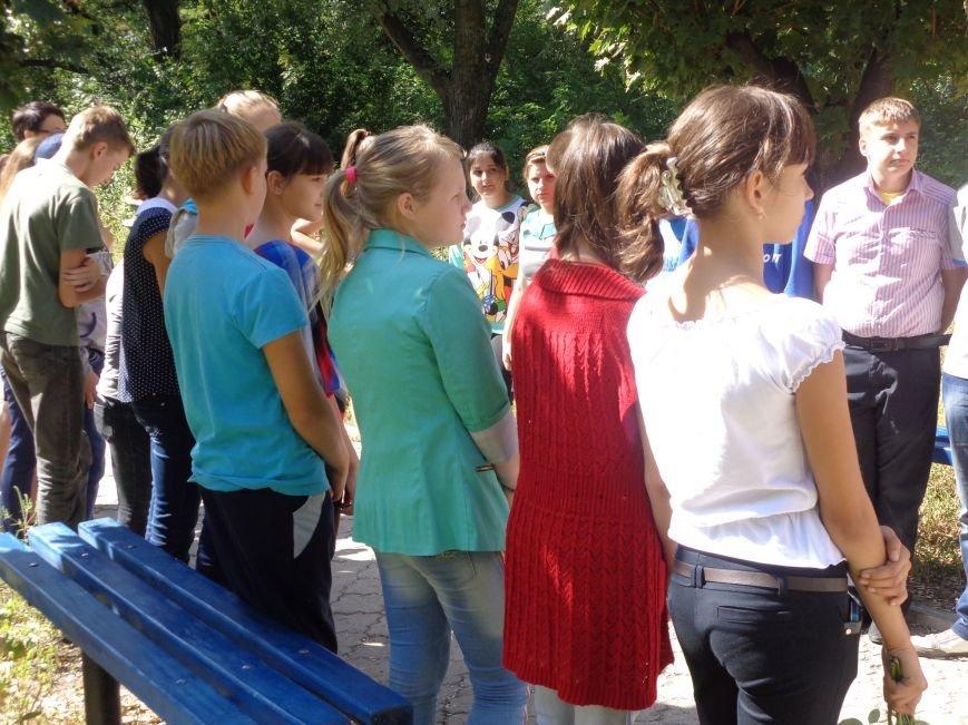 Учащиеся ОШ №6 возложили цветы к братской могиле героев-освободителей Красноармейска (фото) - фото 3