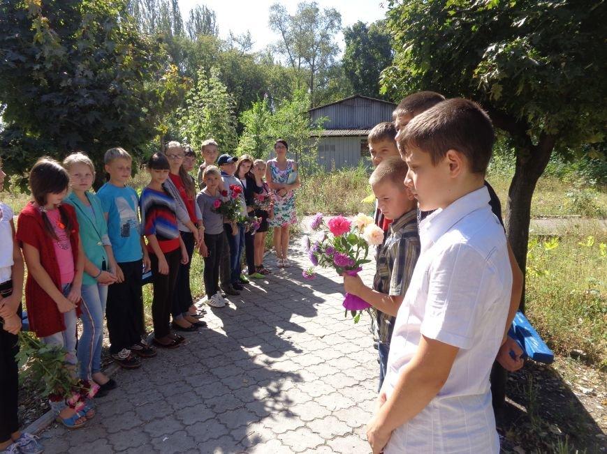 Учащиеся ОШ №6 возложили цветы к братской могиле героев-освободителей Красноармейска (фото) - фото 2