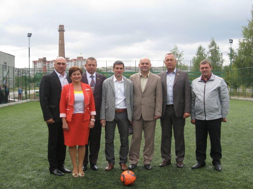 До Дня фізкультури одна з шкіл міста отримала новий стадіон (Фото), фото-1