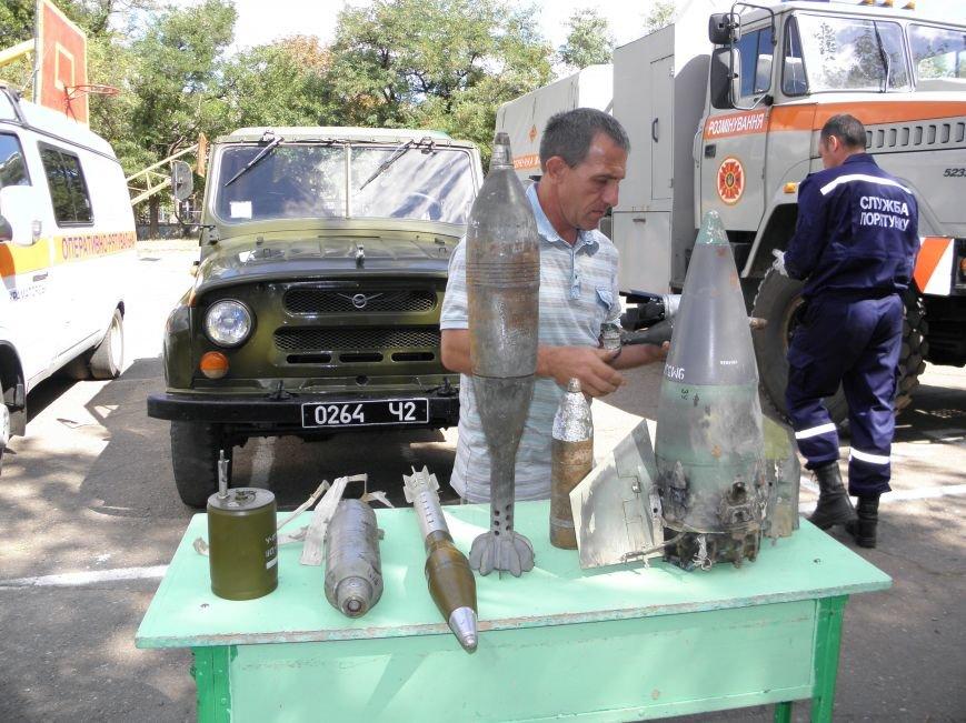 В краматорской школе спасатели показали детям мины и гранаты (фото) - фото 1