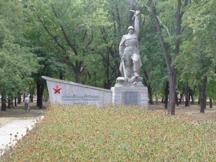 В честь Дня освобождения Донбасса студенты Красноармейского педучилища отдали дань памяти и уважения героям войны (фото) - фото 1
