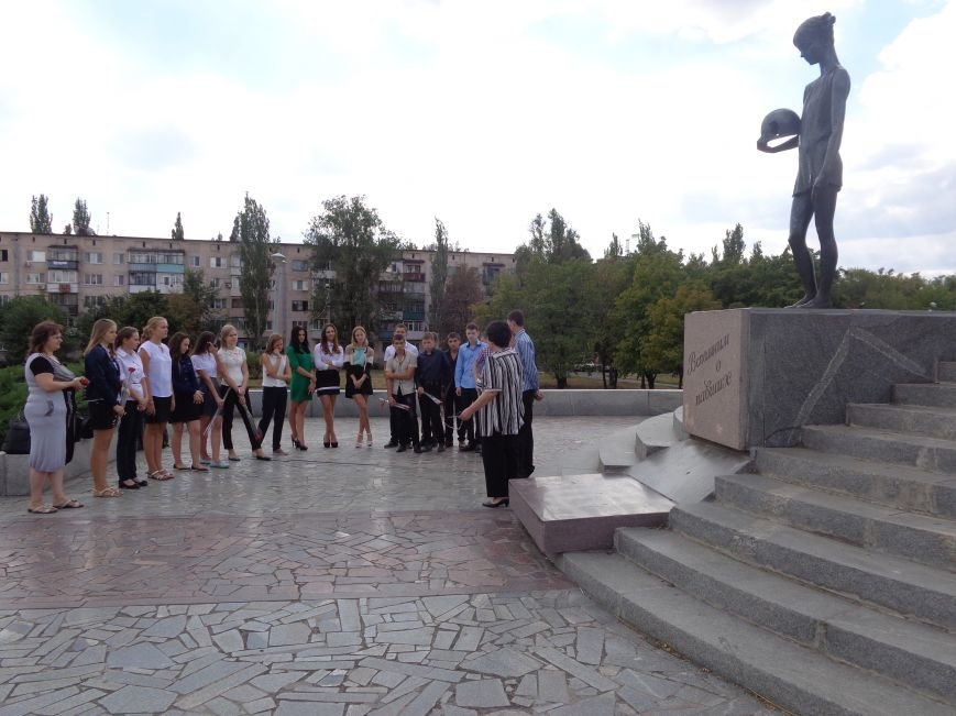 «Здесь место сердцу, не напыщенным словам…» - учащиеся ОШ №2 Красноармейска возложили цветы к братской могиле советских воинов (фото) - фото 4