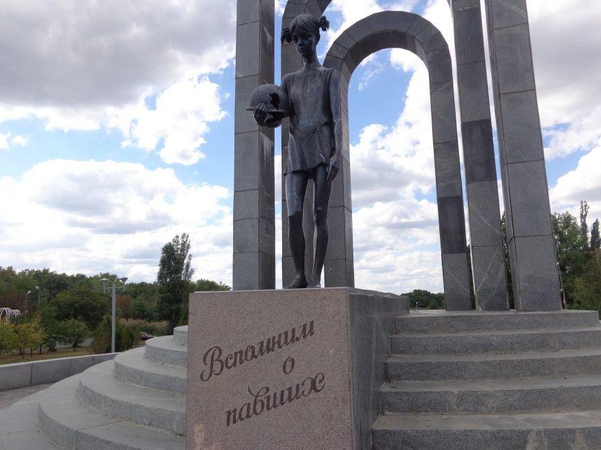 «Здесь место сердцу, не напыщенным словам…» - учащиеся ОШ №2 Красноармейска возложили цветы к братской могиле советских воинов (фото) - фото 1