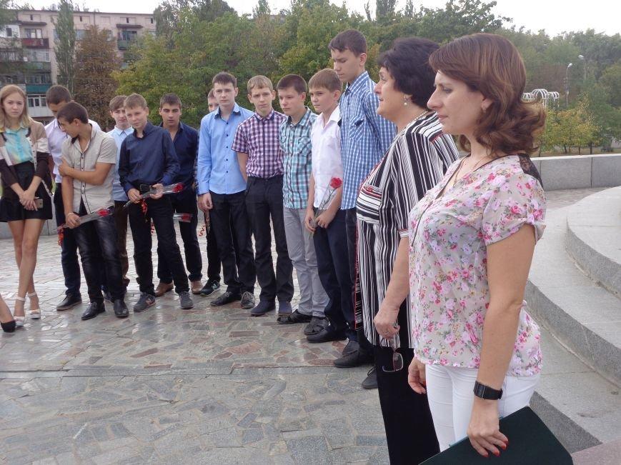 «Здесь место сердцу, не напыщенным словам…» - учащиеся ОШ №2 Красноармейска возложили цветы к братской могиле советских воинов (фото) - фото 2