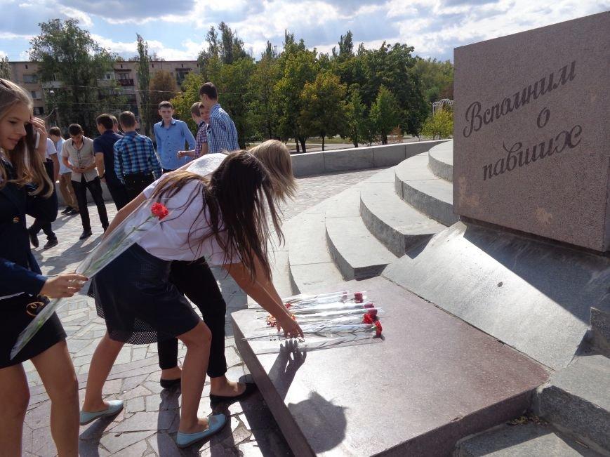 «Здесь место сердцу, не напыщенным словам…» - учащиеся ОШ №2 Красноармейска возложили цветы к братской могиле советских воинов (фото) - фото 5