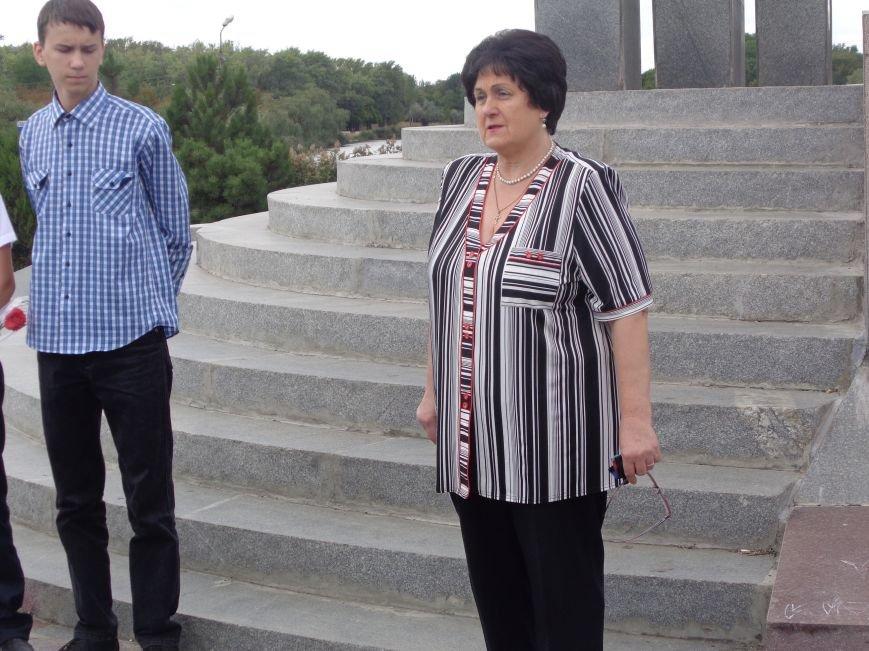 «Здесь место сердцу, не напыщенным словам…» - учащиеся ОШ №2 Красноармейска возложили цветы к братской могиле советских воинов (фото) - фото 3