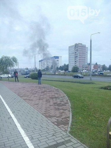 В Гродно на трассе загорелся автомобиль: огонь смогли потушить только спасатели (фото) - фото 1