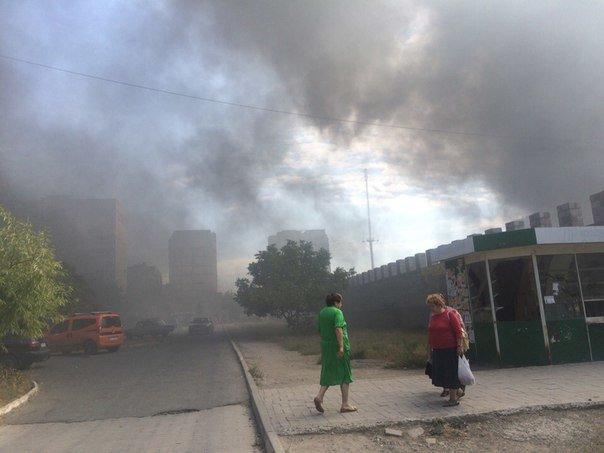 В Мариуполе горит Киевский рынок (фото) - фото 1