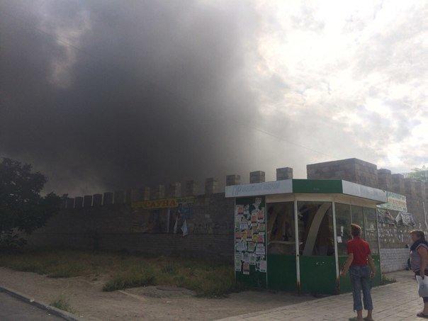 В Мариуполе горит Киевский рынок (фото) - фото 2