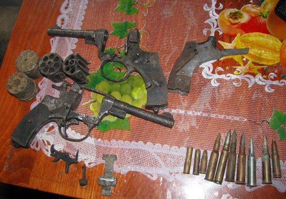 На Полтавщині чоловік вдома зберігав арсенал зброї (фото) - фото 1