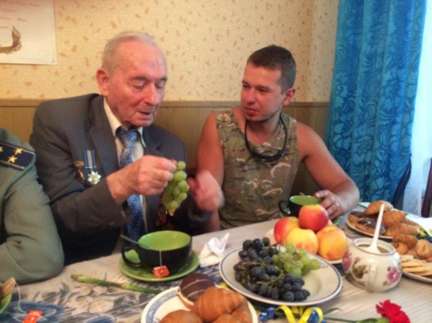 Чаепитие поколений: В Мариуполе  военные АТО поздравили ветеранов  с освобождением  Донбасса «гумореской» (ФОТО), фото-7