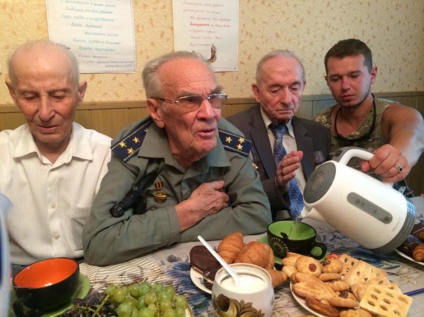 Чаепитие поколений: В Мариуполе  военные АТО поздравили ветеранов  с освобождением  Донбасса «гумореской» (ФОТО), фото-4