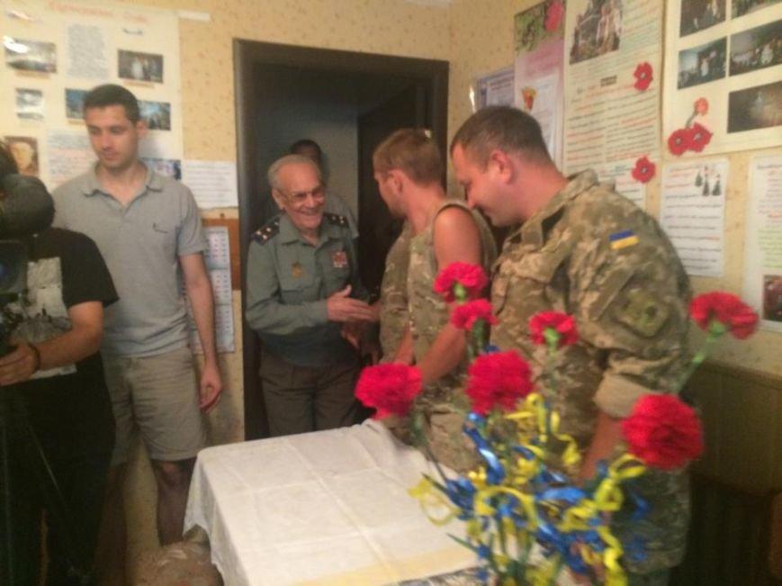 Чаепитие поколений: В Мариуполе  военные АТО поздравили ветеранов  с освобождением  Донбасса «гумореской» (ФОТО), фото-1