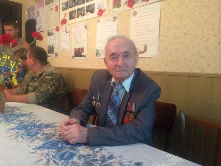 Чаепитие поколений: В Мариуполе  военные АТО поздравили ветеранов  с освобождением  Донбасса «гумореской» (ФОТО), фото-3
