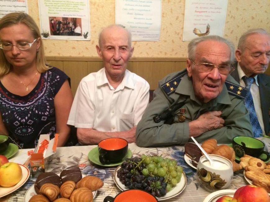 Чаепитие поколений: В Мариуполе  военные АТО поздравили ветеранов  с освобождением  Донбасса «гумореской» (ФОТО), фото-2