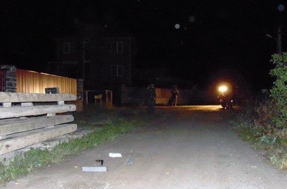 В Житомире трое вооруженных мужчин похитили женщину и увезли в поле (фото) - фото 1