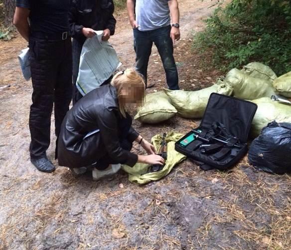Под Киевом мужчина пытался спрятать в лесу арсенал оружия (ФОТО) (фото) - фото 2