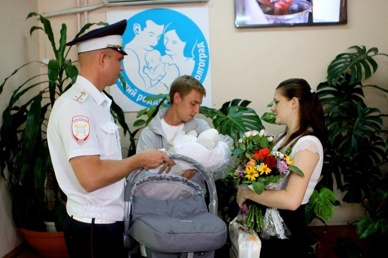 Малышку, родившуюся на посту ДПС под Волгоградом, и ее мать выписали из роддома (фото) - фото 1