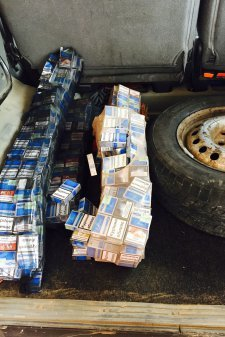 Працівники Львівської митниці ДФС знайшли у колесах автомобіля 500 пачок сигарет (фото) - фото 1