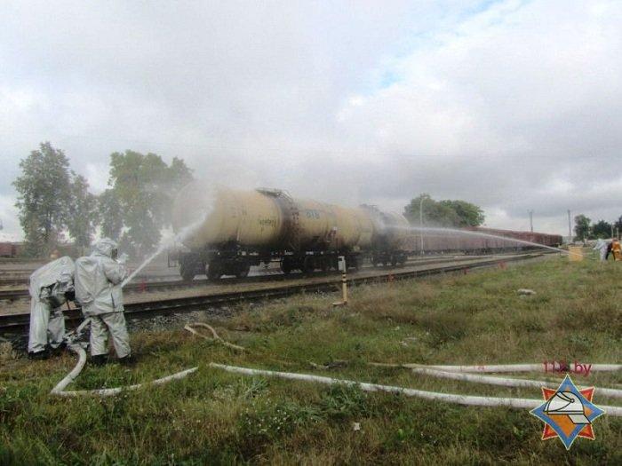 В Волковыске столкнулось два состава цистерн с горючем веществом (фото) - фото 7