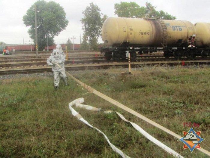 В Волковыске столкнулось два состава цистерн с горючем веществом (фото) - фото 2