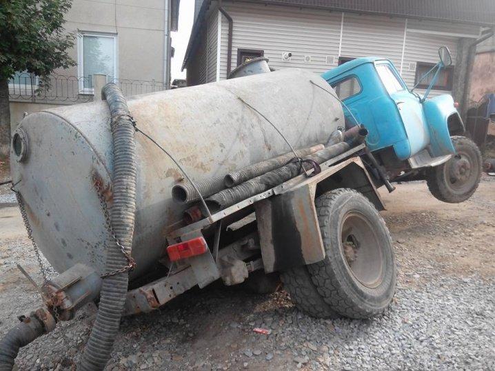 Асенізатор провалився у каналізаційний люк у Чернівцях, фото-2
