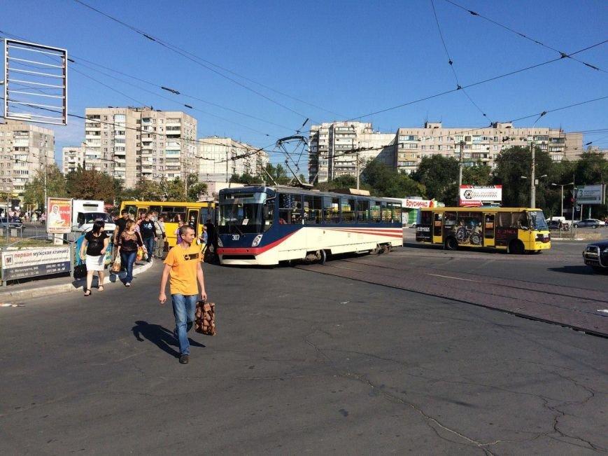 В Мариуполе трамвай сошел с рельсов и перегородил пр. Металлургов (ФОТО), фото-1