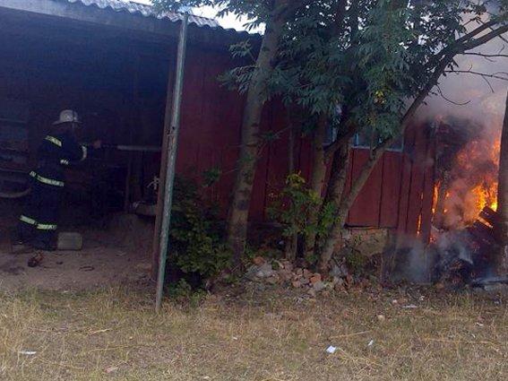 Пожежа на Хмельниччині: 12 тонн сіна згоріло, а будинок врятували (Фото) (фото) - фото 1