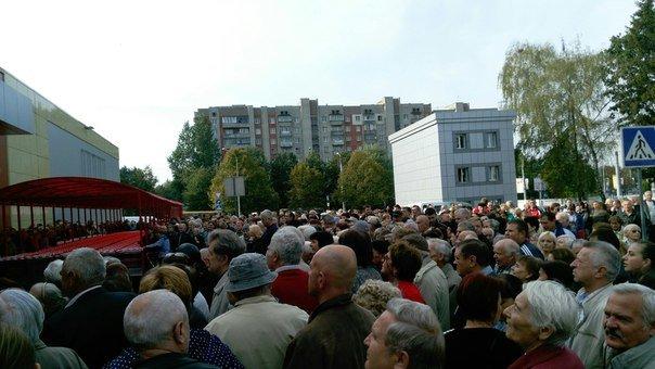Курйоз дня: кілька сотень людей ледь не задавили один одного, щоб першими зайти у новий гіпермаркет (ФОТО) (фото) - фото 1