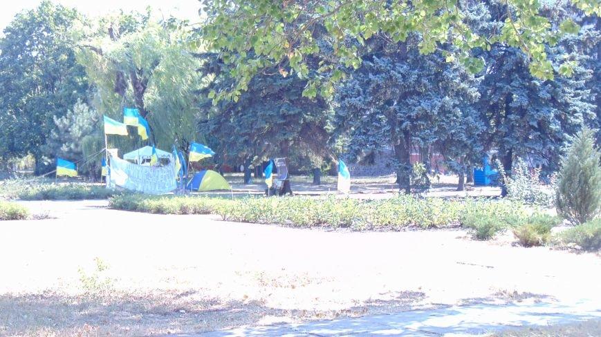Мариупольские майдановцы вытесняют с площади своих политических оппонентов, расписывая площадь обвинительными заклинаниями (ФОТО) (фото) - фото 3