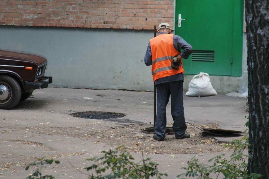Як у Полтаві сміття з каналізації опиняється на вулиці. Фотофакт (фото) - фото 1