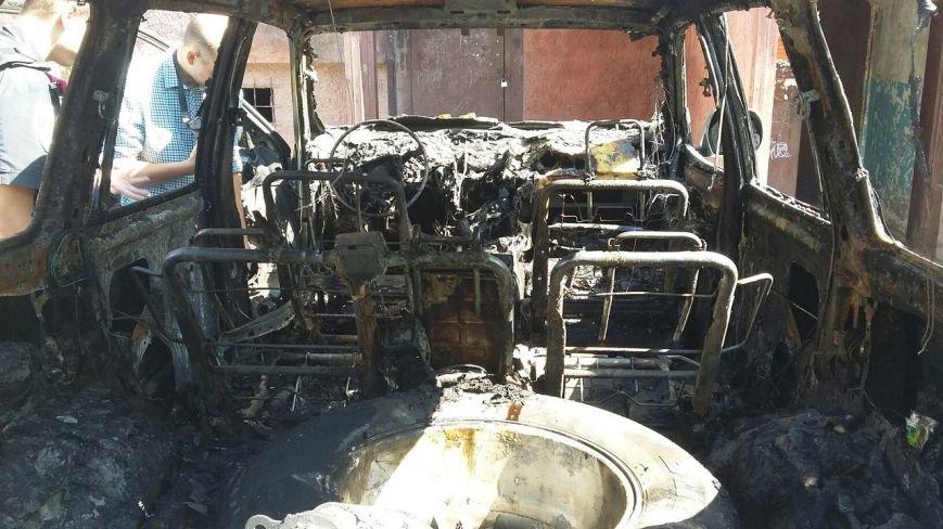В Кривом Роге неизвестные в балаклавах подожгли автомобиль зажигательной смесью (ФОТО) (фото) - фото 1