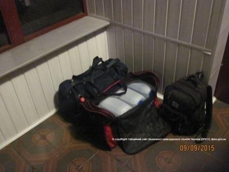 Конотопські прикордонники у транзитних поїздах знайшли контрабандний спирт та м'ясо, фото-2