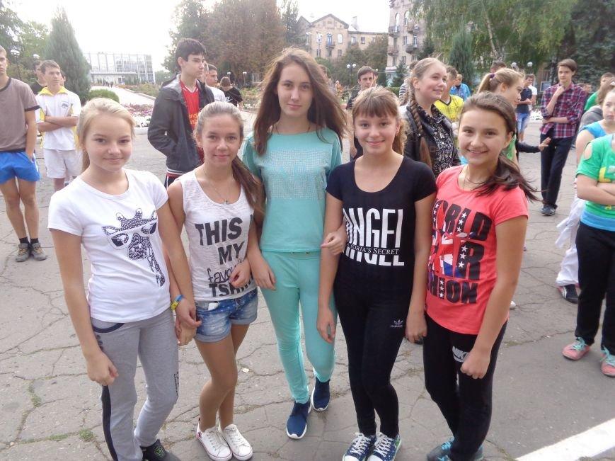 «Україно, будьмо!» - в Красноармейске прошла энергичная и бодрая общегородская зарядка (фото) - фото 1