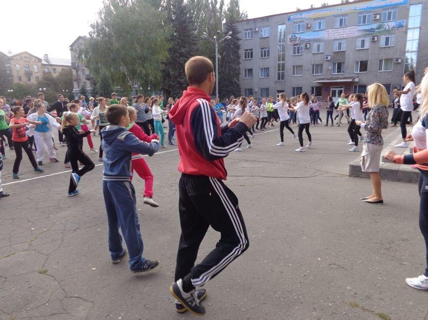 «Україно, будьмо!» - в Красноармейске прошла энергичная и бодрая общегородская зарядка (фото) - фото 2