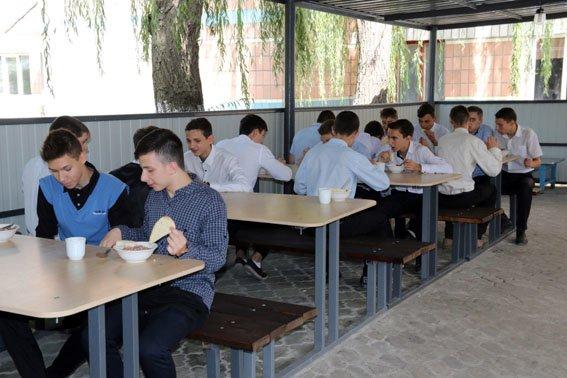 В Мариуполе школьников накормили армейским обедом (ФОТО) (фото) - фото 1