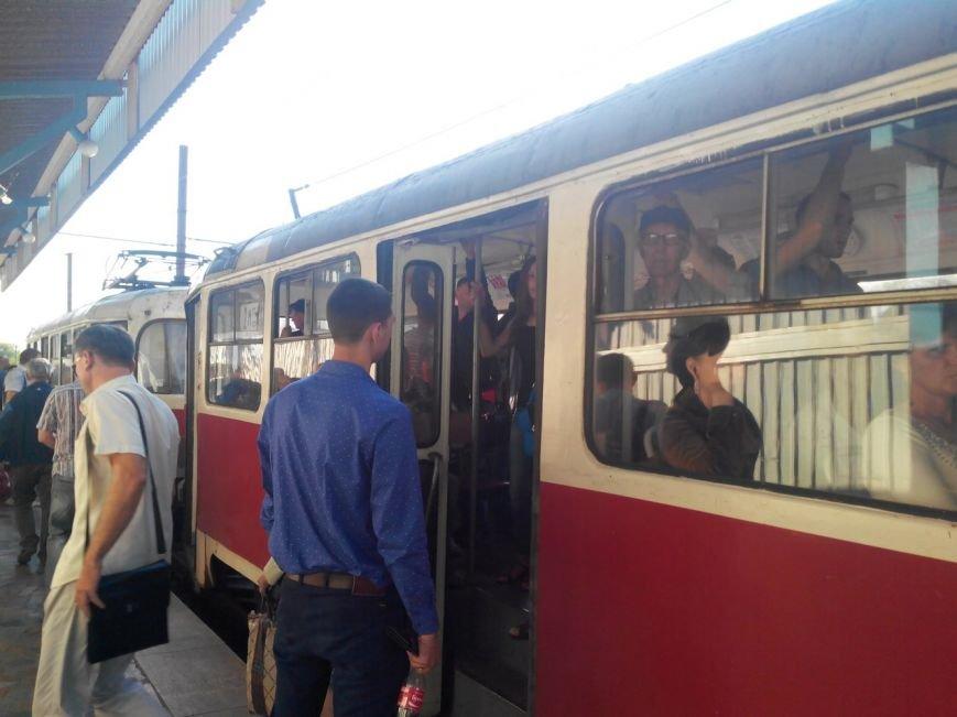 Пассажиры скоростного трамвая в любой момент могут  «получить по голове»  (ФОТО) (фото) - фото 1