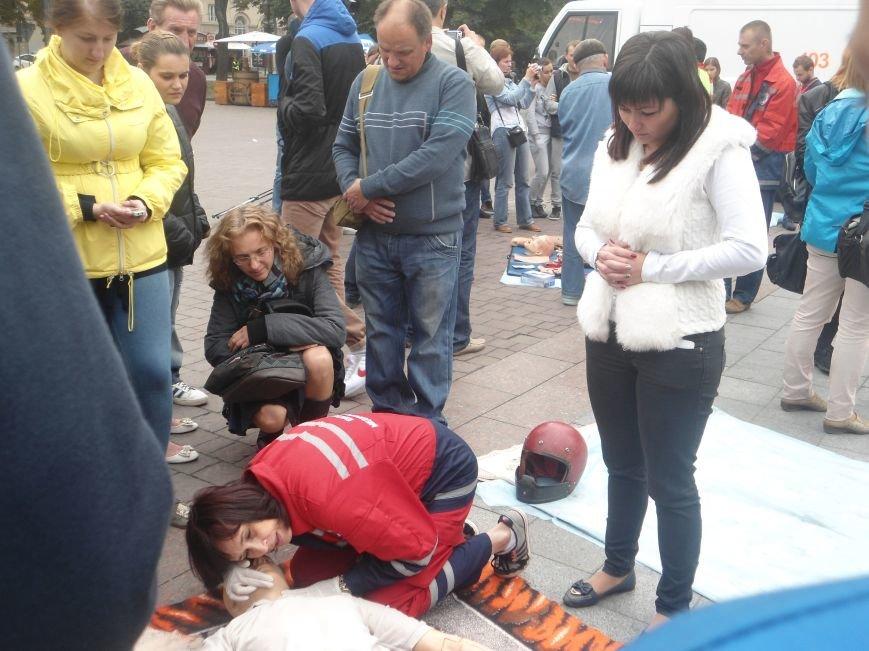 У центрі Львова навчали мешканців, як надати невідкладну медичну допомогу (ФОТО) (фото) - фото 4