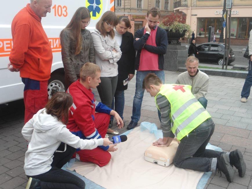 У центрі Львова навчали мешканців, як надати невідкладну медичну допомогу (ФОТО) (фото) - фото 6
