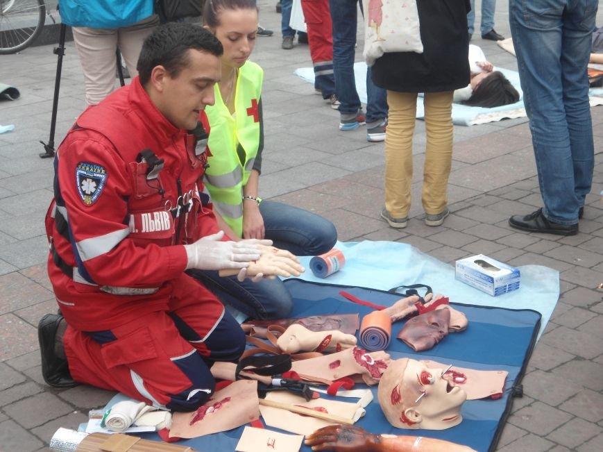 У центрі Львова навчали мешканців, як надати невідкладну медичну допомогу (ФОТО) (фото) - фото 3