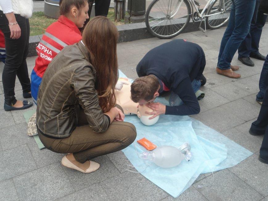 У центрі Львова навчали мешканців, як надати невідкладну медичну допомогу (ФОТО) (фото) - фото 8