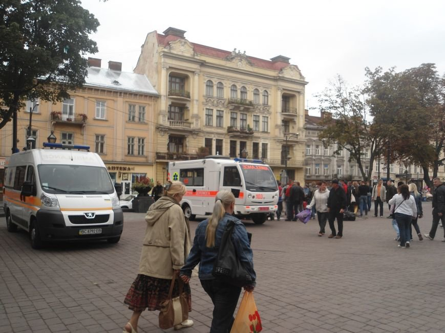 У центрі Львова навчали мешканців, як надати невідкладну медичну допомогу (ФОТО) (фото) - фото 9