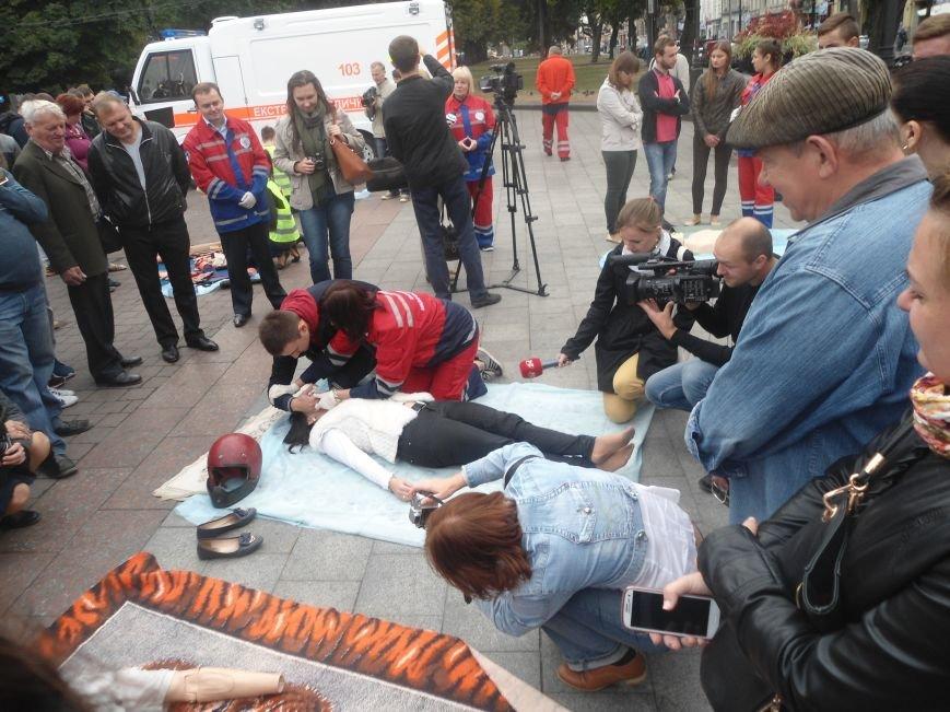 У центрі Львова навчали мешканців, як надати невідкладну медичну допомогу (ФОТО) (фото) - фото 7