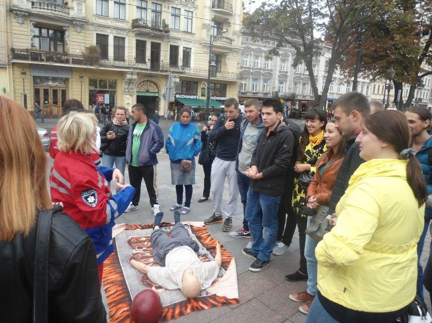 У центрі Львова навчали мешканців, як надати невідкладну медичну допомогу (ФОТО) (фото) - фото 2