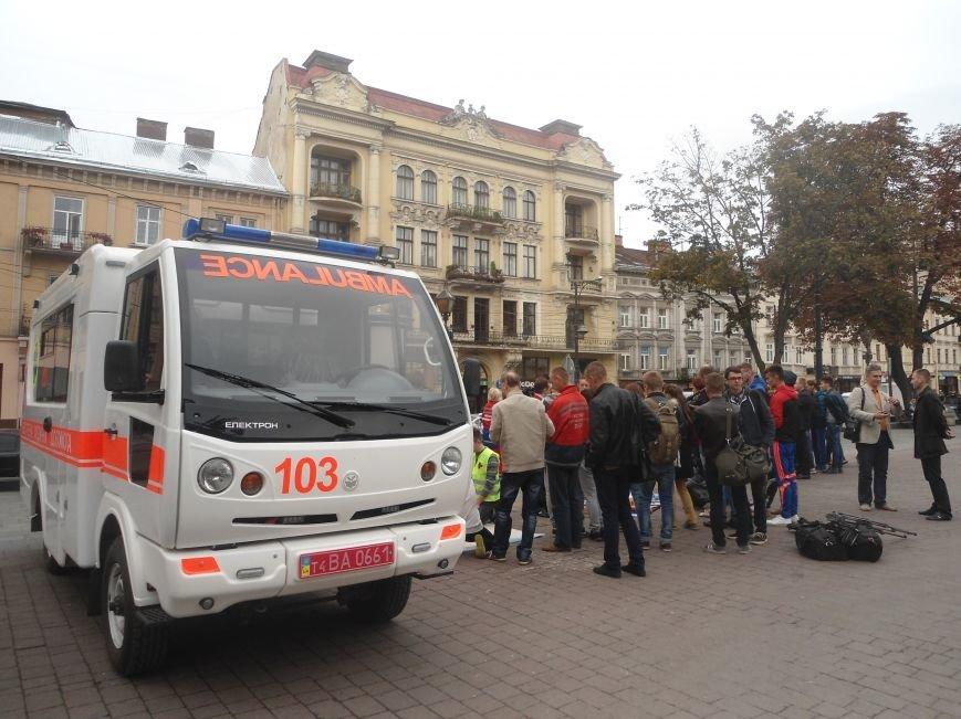 У центрі Львова навчали мешканців, як надати невідкладну медичну допомогу (ФОТО) (фото) - фото 5