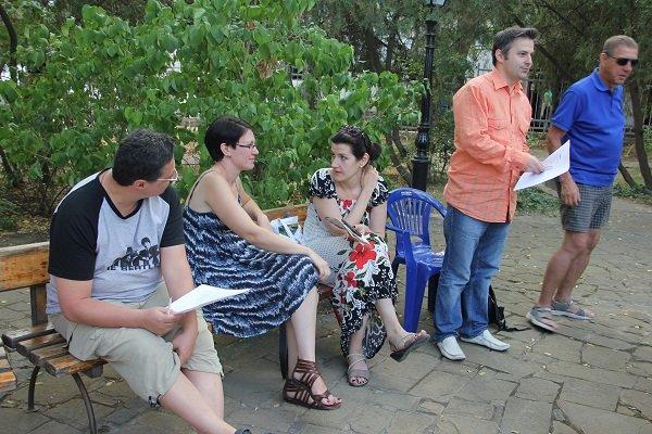 Участники литературного марафона во дворе Дома Поэта