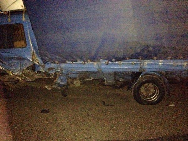 На трассе М6 автомобиль съехал в кювет, а когда начал выезжать - попал под грузовой микроавтобус (фото) - фото 1