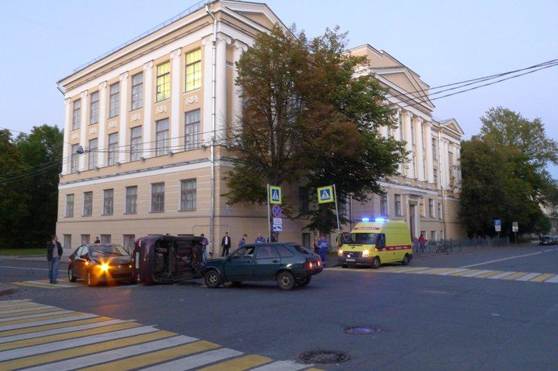 В результате аварии в городе Пушкин одна из машин перевернулась (фото) - фото 1