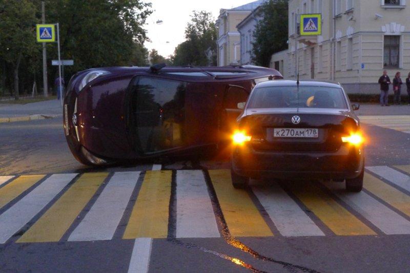 В результате аварии в городе Пушкин одна из машин перевернулась (фото) - фото 2